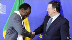 Jose Manuel Barroso (R) said the aid for Mali would benefit Europe as well as Africa